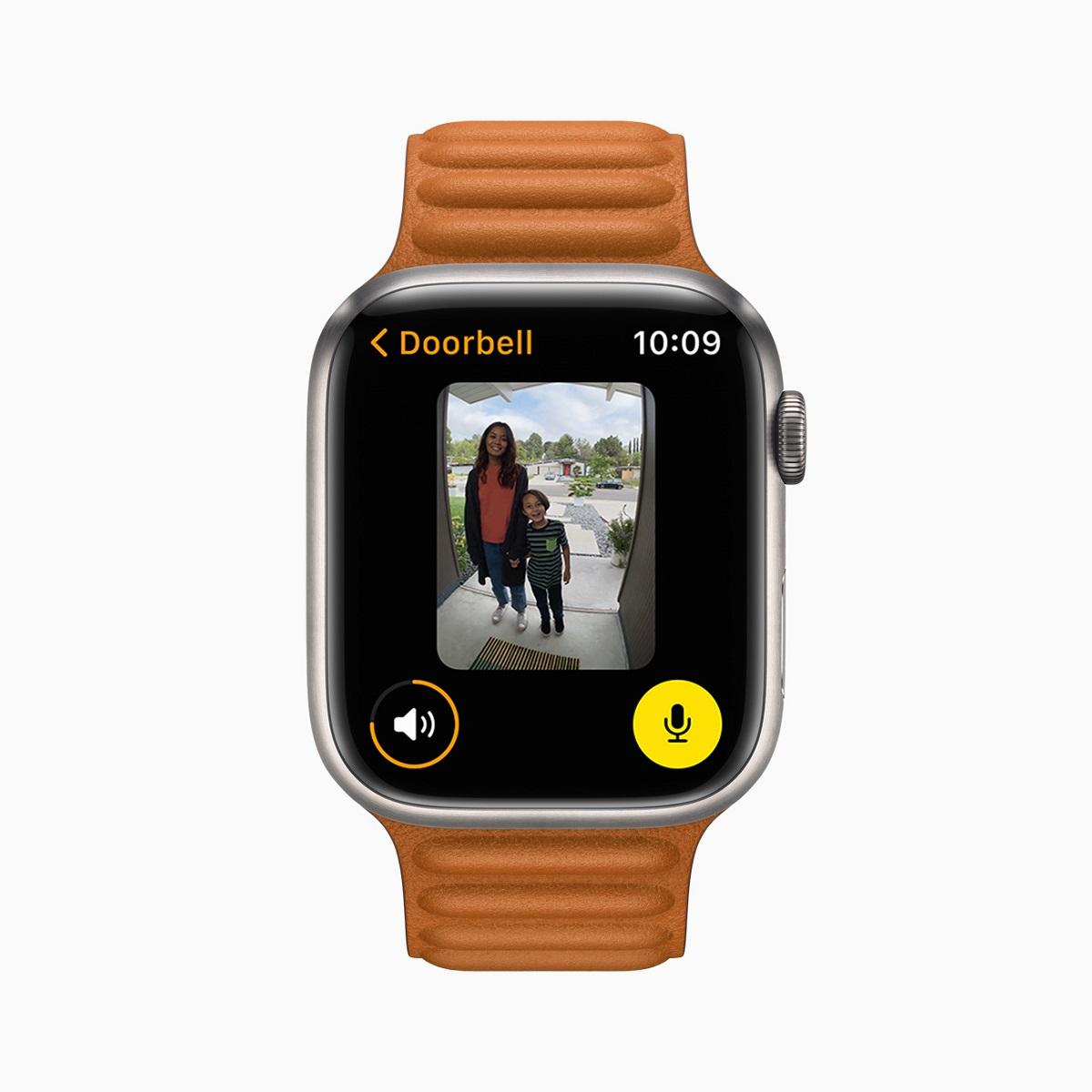 С watchOS 8 пользователи Apple Watch с камерой с поддержкой HomeKit могут видеть, кто находится у двери, прямо на запястье.